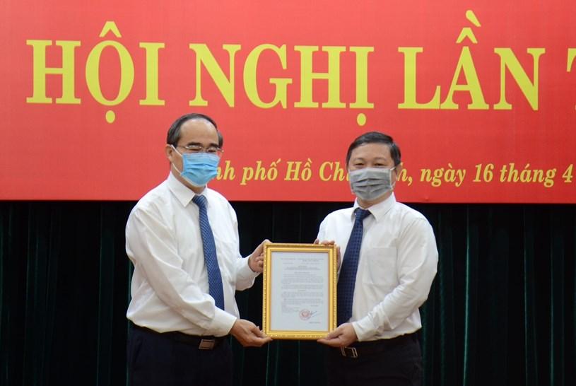 Ủy viên Bộ Chính trị, Bí thư Thành ủy TP. Hồ Chí Minh Nguyễn Thiện Nhân trao Quyết định cho Phó Chủ tịch UBND TP Dương Anh Đức.
