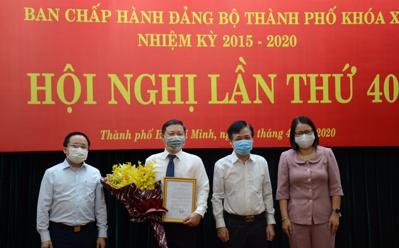 Các đồng chí trong Ban Giám đốc Sở Thông tin và Truyền thông chúc mừng đồng chí Dương Anh Đức.