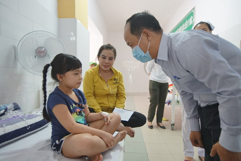 Lãnh đạo Quận 2 thăm hỏi tình hình sức khỏe của học sinh đang được điều trị tại Bệnh viện Quận 2. Ảnh: Huyền Mai