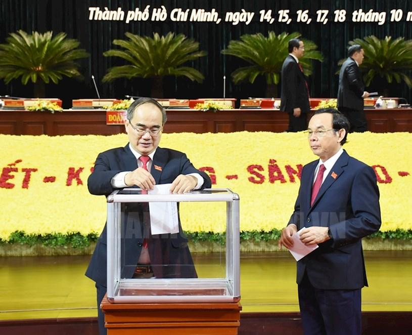 Các đại biểu dự Đại hội Đại biểu Đảng bộ TPHCM quyên góp ủng hộ đồng bào miền Trung bị lũ lụt