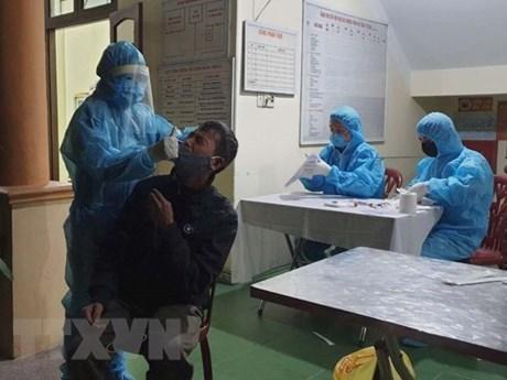 Lấy mẫu xét nghiệm SARS-CoV-2 tại thành phố Uông Bí. (Ảnh: TTXVN phát)