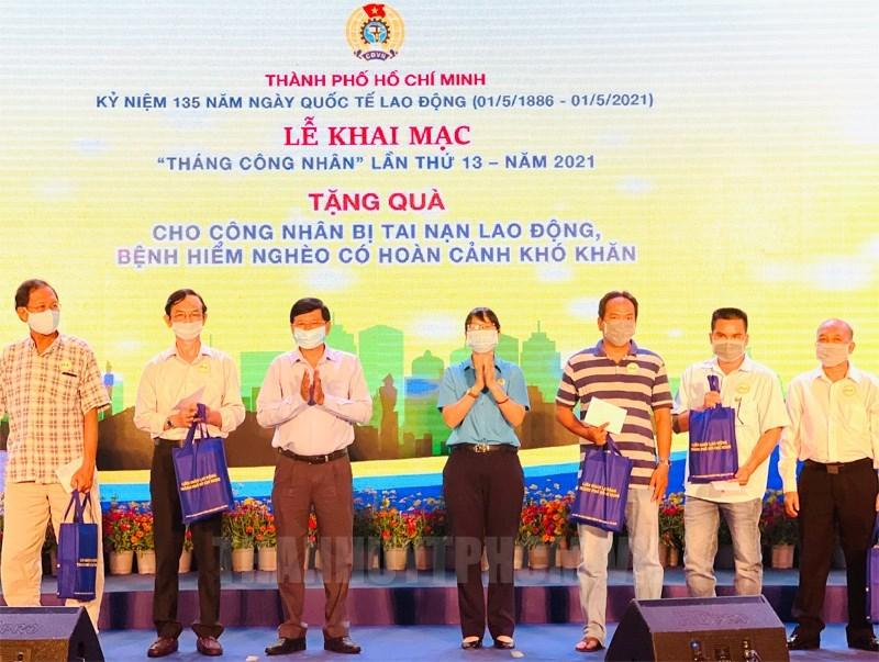 Phó Trưởng Ban Dân vận Thành ủy TP Lê Văn Tân và Chủ tịch LĐLĐ TP Trần Thị Diệu Thuý trao quà cho công nhân lao động có hoàn cảnh khó khăn.