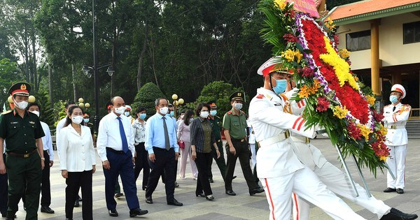 Chủ tịch nước Nguyễn Xuân Phúc cùng đoàn đại biểu dâng hoa tại Đềntưởng niệm Liệt sĩ Bến Dược. Ảnh: VIỆT DŨNG