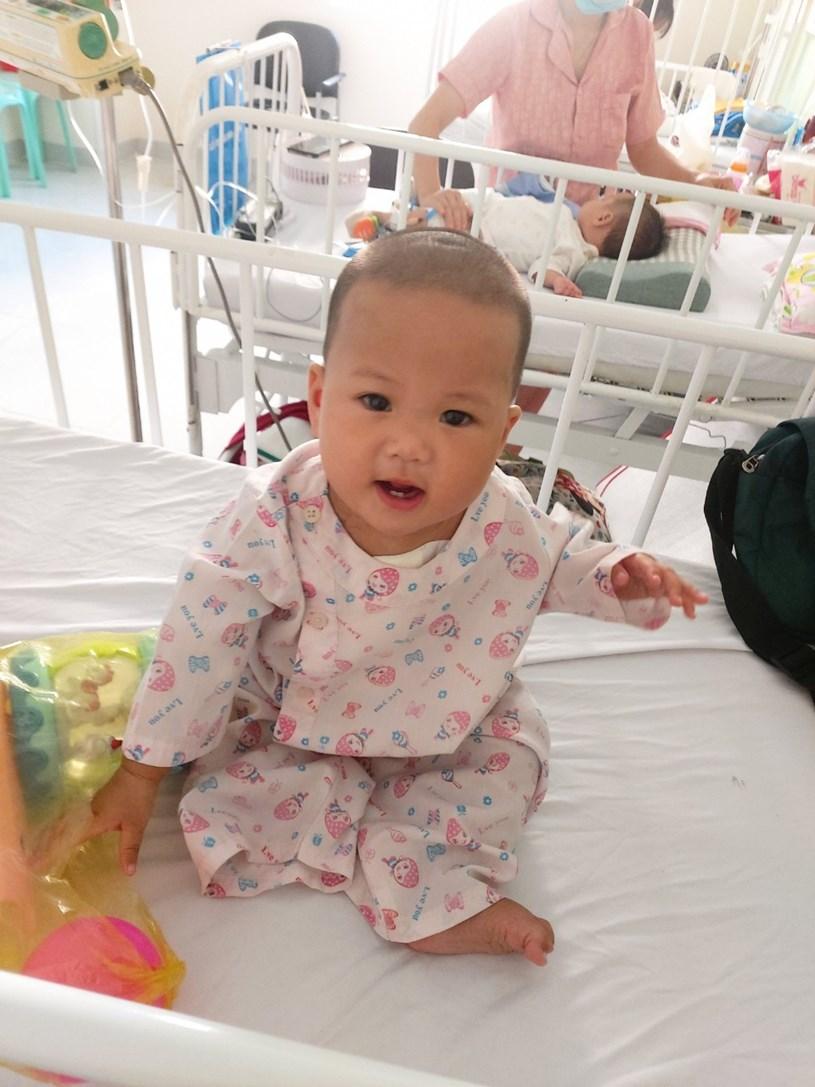 Hình ảnh tươi tắn của bé Kim Ngân sau ca mổ tim thành công