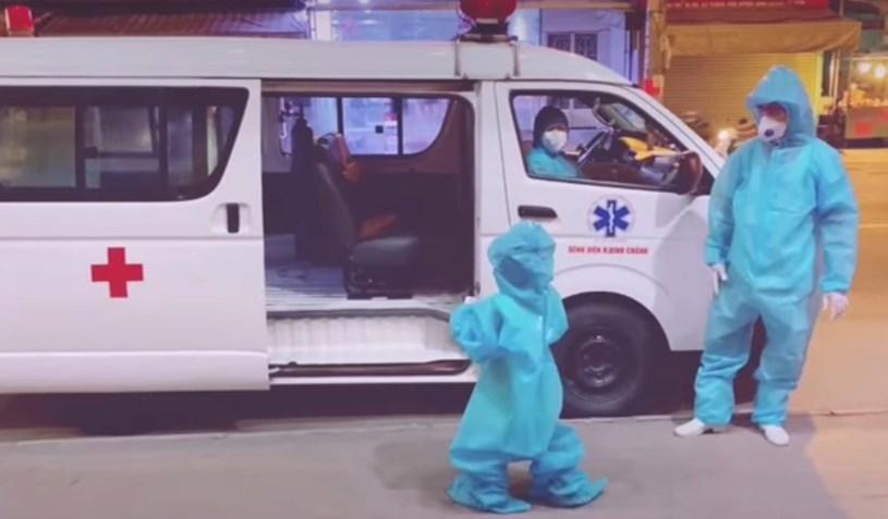 Hình ảnh cô bé 5 tuổi ngoan ngoãn theo các cô chú đến điều trị COVID-19 tại Bệnh viện Trưng Vương đang được chia sẻ những ngày gần đây – Nguồn:Video clip HCDC