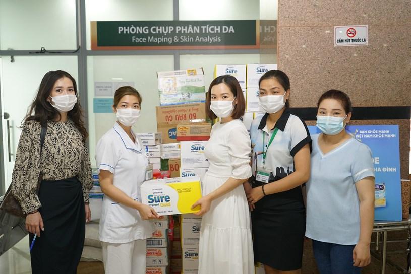 Trong dịp này, nhãn hàng Sure Prevent Gold & Optimum Gold cũng đã trao tặng hàng ngàn phần quà đến các bệnh viện Nhi Đồng Thành Phố & Chợ Rẫy (TPHCM), Bạch Mai (TP Hà Nội); Bệnh viện C (TP Đà Nẵng)