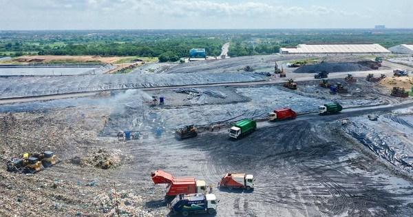 Xử lý chất thải tại bãi rác Đa Phước, huyện Bình Chánh, TPHCM Ảnh: HOÀNG HÙNG