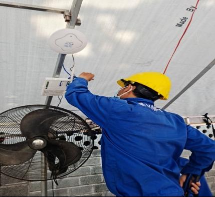 Công nhân Viễn thông VNPT đang thực hiện thiết lập hệ thống Internet không dây (Wifi)