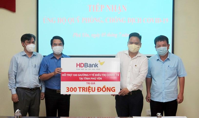 Giám đốc HDBank Phú YênHuỳnh Quốc Thi (áo trắng) đại diện Ban Lãnh đạo HDBank trao 100 giường y tế trị giá 300 triệu đồng cho tỉnh Phú Yên