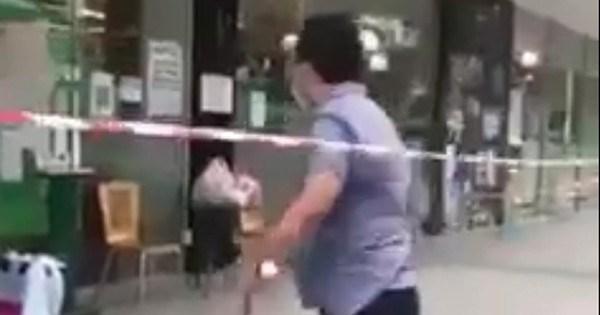 Ông Nhân vượt dây giăng ở siêu thị đi vào trong tiếp tục chửi bới nhân viên