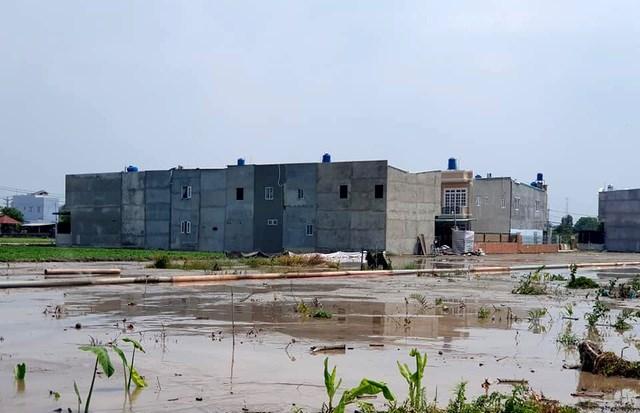 """Nhiều công trình xây dựng """"mọc"""" lên trên đất nông nghiệp tại huyện Củ Chi. Ảnh: Báo Dân Trí"""