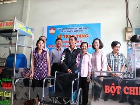 Ban vận động vì người nghèo quận 11 trao tặng phương tiện sinh kế cho hộ nghèo, hộ cận nghèo tại địa phương. (Ảnh: Đinh Hằng/TTXVN)