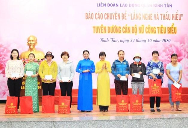 Các nữ công nhân, lao động bị bệnh hiểm nghèo nhận quà của LĐLĐ quận Bình Tân.
