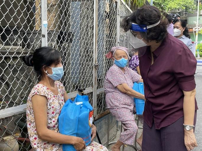 Bà Tô Thị Bích Châu thăm hỏi và tặng quà cho người dân có hoàn cảnh khó khăn trên địa bàn phường 2, quận Phú Nhuận. Ảnh: Báo Người Lao Động