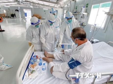 Đội ngũ y bác sỹ bệnh viện Việt Đức tận tâm ngày đêm điều trị cho bệnh nhân COVID-19 tại Trung tâm. (Ảnh: TTXVN phát)