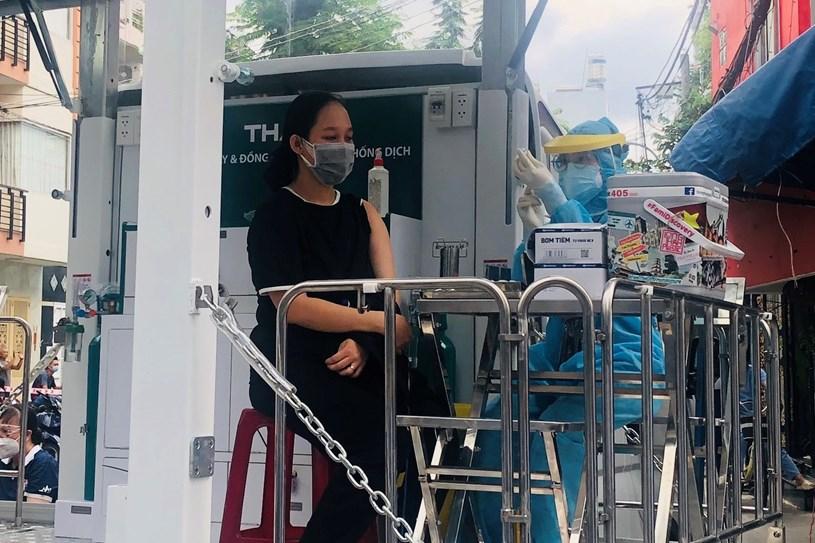 Người dân tham gia tiêm vắc xin. Ảnh:Trung tâm Kiểm soát Bệnh tật thành phố (HCDC)