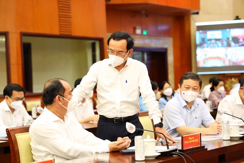 Bí thư Thành ủy TP Nguyễn Văn Nên trao đổi với đại biểu tại Hội nghị. Ảnh: Linh Nhi