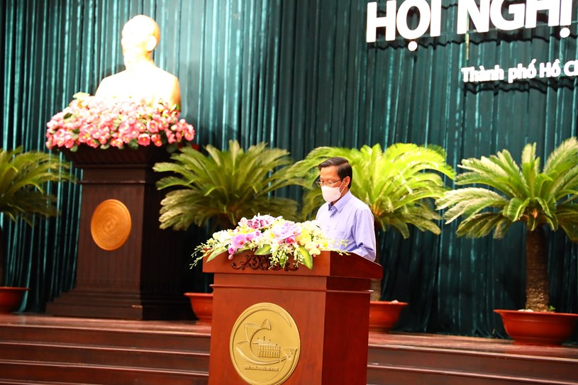 Phó Bí thư Thường trực Thành ủy, Chủ tịch UBND TP Phan Văn Mãi báo cáo tại Hội nghi