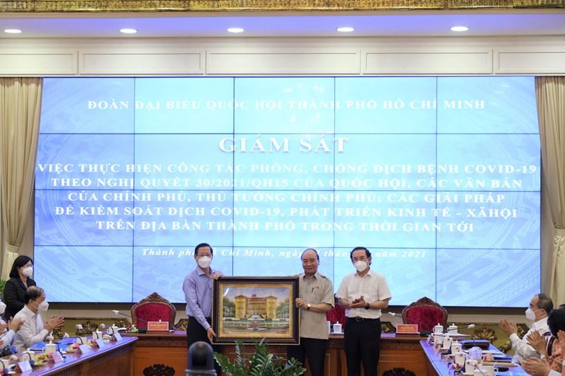 Chủ tịch nước Nguyễn Xuân Phúc tặng quà UBND TPHCM.Ảnh: Linh Nhi