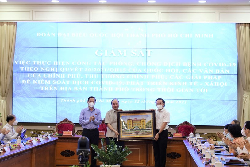 Chủ tịch nước Nguyễn Xuân Phúc tặng quà Thành ủy TPHCM. Ảnh: Linh Nhi