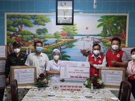 Đại diện Hội Chữ thập Đỏ thành phố Hồ Chí Minh trao thiết bị lọc nước Ecosphere cho các bệnh viện tuyến đầu chống dịch bệnh COVID-19. (Nguồn: dangcongsan.vn)
