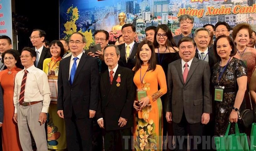 Các đại biểu kiều bào chụp ảnh lưu niệm với lãnh đạo TPHCM tại buổi họp mặt - Ảnh: thanhuytphcm.vn