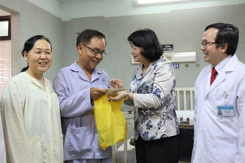 Phó Chủ tịch nước tặng quà cho các bệnh nhân ung thư và cán bộ, nhân viên tại Bệnh viện Thống Nhất