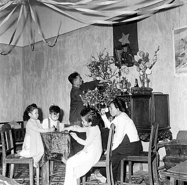 Gia đình công nhân Nhà máy đèn Yên Phụ, Hà Nội chuẩn bị đón Tết Nguyên Đán Kỷ Hợi (1959). (Ảnh: Tư liệu TTXVN)