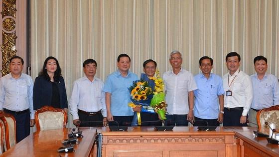 Phó Chủ tịch UBND TPHCM Võ Văn Hoan cùng tập thể Sở TN-MT TPHCM chúc mừng ông Võ Trung Trực nhận nhiệm vụ mới. Ảnh: VIỆT DŨNG