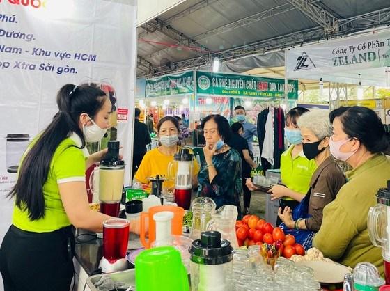 Hội chợ có nhiều gian hàng với giá ưu đãi. Ảnh: SGGP