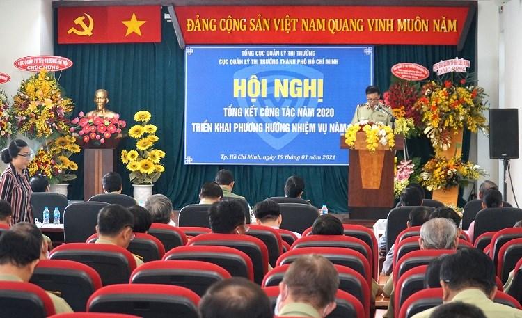 Ông Nguyễn Tiến Đạt, Phó Cục trưởng Cục QLTT TP Hồ Chí Minh, cho biếtnăm 2020, đơn vị đã kiểm tra gần 3.900 vụ, giảm gần 50% so với cùng năm trước, đã xử lý trên 2.700 vụ, số tiền phạt thu nộp ngân sách nhà nước gần 59 tỷ đồng. Ảnh: Báo Tin Tức