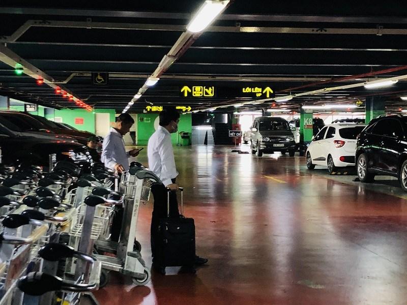 Khách bắt xe tại nhà gửi xe TCP Cảng hàng không quốc tế Tân Sơn Nhất. Ảnh: P.ĐIỀN