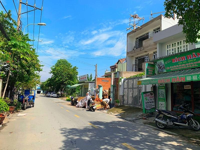 Khu đất tại đường 24, phường Linh Trung, TP Thủ Đức thuộc quy hoạchlà đấtdân cư xây dựng mới và hiện chỉ được cấp giấy phép xây dựng tạm. Ảnh: VIỆT HOA