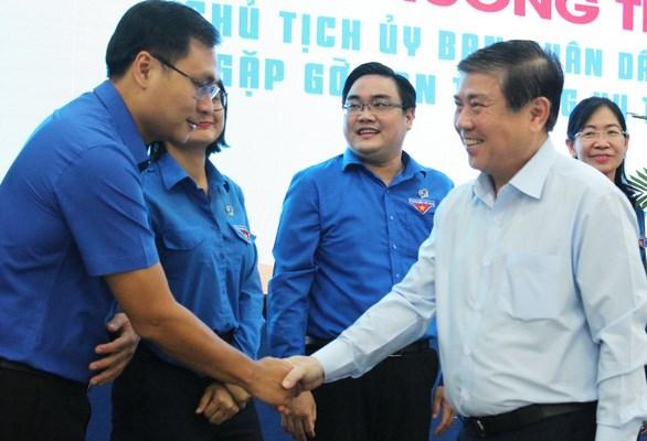 Chủ tịch UBND TP.HCM Nguyễn Thành Phong chúc mừng cán bộ Đoàn TP nhân 90 năm thành lập Đoàn - Ảnh: Q.L.