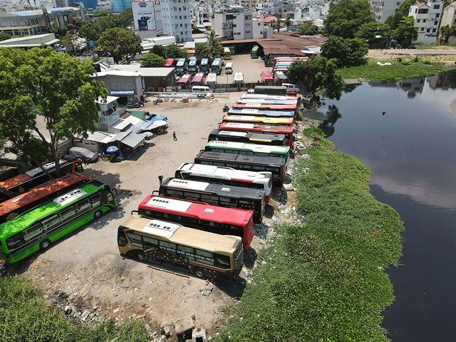 Hình ảnh 2 bãi xe 391 và 397 Đinh Bộ Lĩnh, P.26, Q.Bình Thạnh trên báo Thanh Niên. ẢNH: NGỌC DƯƠNG