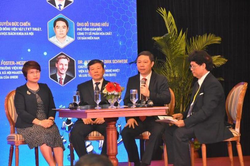 Phó Chủ tịch UBND TPHCM Dương Anh Đức (thứ 2 từ phải qua) cho biết TP có nhiều chính sách hỗ trợ ngành công nghiệp phát triển