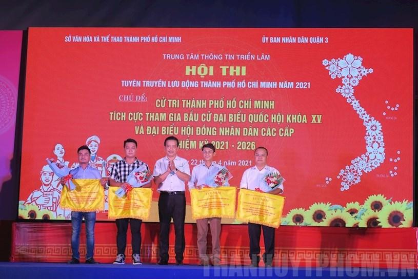 Các đội thi nhận cờ lưu niệm của Ban Tổ chức