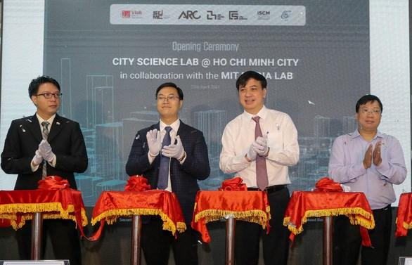 Phó chủ tịch UBND TP.HCM Lê Hòa Bình cùng các đại biểu cắt băng khánh thành Phòng nghiên cứu khoa học đô thị TP - Ảnh: THẢO LÊ