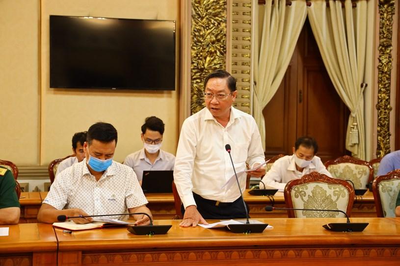 Giám đốc Sở Y tế TP Nguyễn Tấn Bỉnh báo cáo tại cuộc họp. Ảnh: Khang Minh