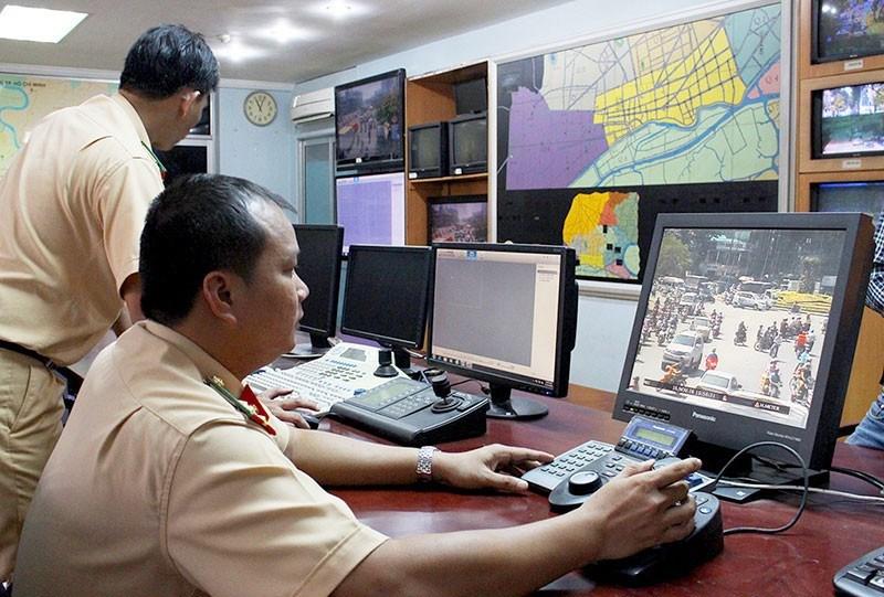 CSGT TP.HCM xử phạt vi phạm giao thông qua hình ảnh. Ảnh: LÊ THOA