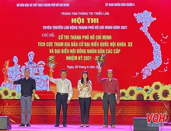 Bà Trần Thị Thanh Thảo, Trưởng Ban Tuyên giáo Quận 4 tặng hoa cho Ban giám khảo cuộc thi