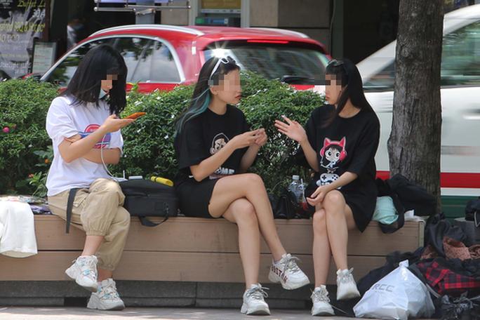 Trên phố đi bộ Nguyễn Huệ (quận 1, TP HCM), nhiều bạn trẻ đổ về đây vui chơi, chụp hình... nhưng rất ít người chủ động đeo khẩu trang để phòng dịch.