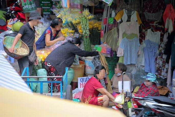 Tương tự, tại một chợ dân sinh trên đường Nguyễn Đình Chiểu (quận 3, TP HCM), dù người dân đi chợ khá đông nhưng nhiều người vẫn không sử dụng khẩu trang.