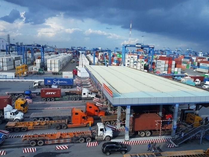 Các xe container vận chuyển hàng hóa vào cảng Cát Lái