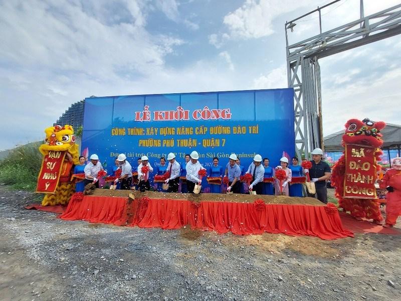 Các đơn vị tiến hành nghi thức của lễ khởi công nâng cấp đường Đào Trí.