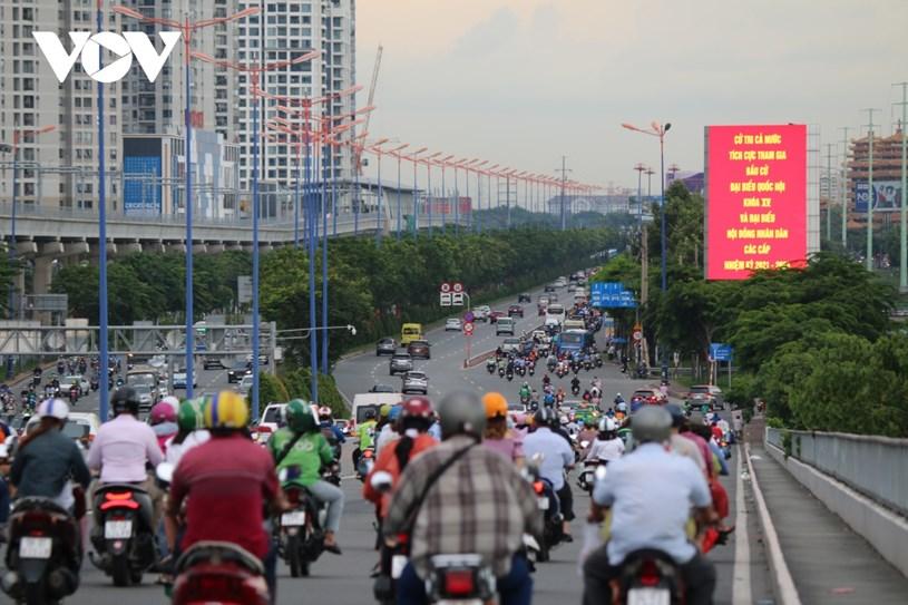 Màn hình led trên Xa lộ Hà Nội, dưới chân cầu Sài Gòn luôn hiển thị những nội dung tuyên truyền về ngày bầu cử.