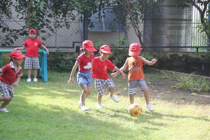 Trẻ mầm non tham gia hoạt động thể thao tại trường. Ảnh minh họa