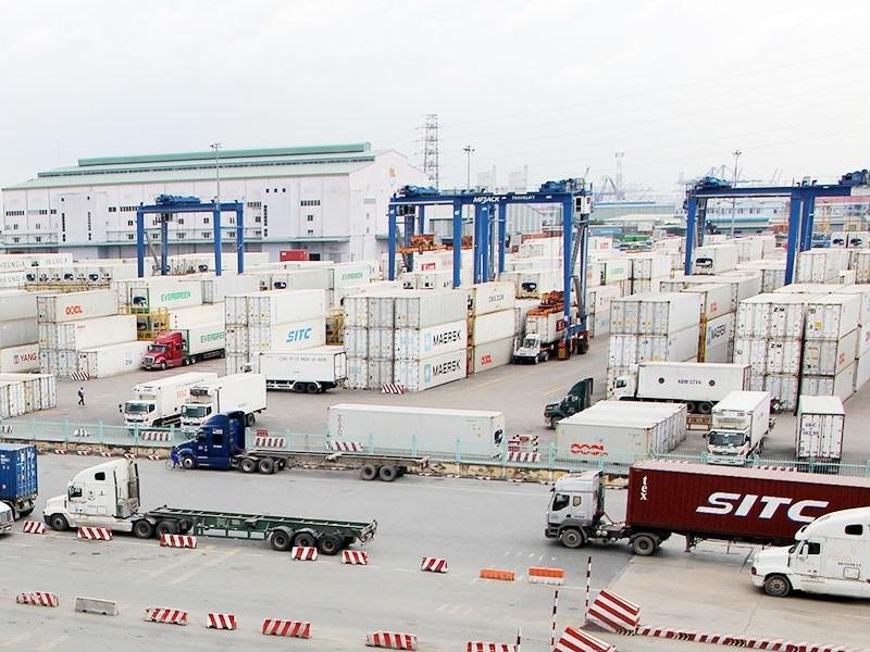 Vận chuyển hàng hóa tại cảng Cát Lái, quận 2, TP.HCM. Ảnh: HOÀNG GIANG
