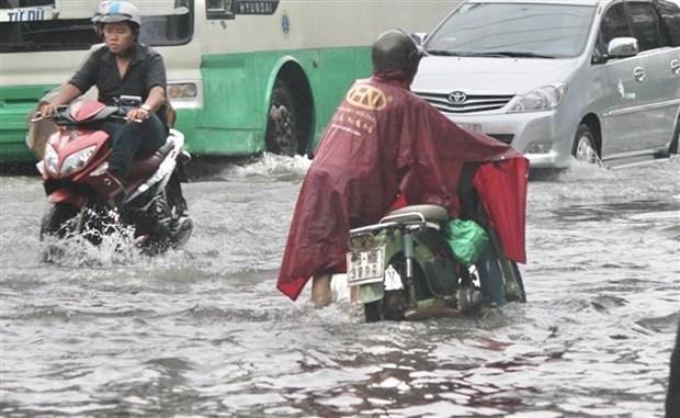 Nước ngập sâu khiến nhiều phương tiện chết máy, người dân phải dẫn bộ. Ảnh: Hồng Giang/TTXVN