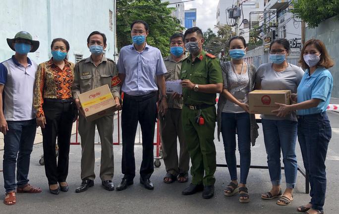 Phó Chủ tịch Thường trực Ủy ban MTTQ Việt Nam TP HCM Nguyễn Thành Trung đi thăm và tặng quà 1 chốt phong tỏa ở quận 10
